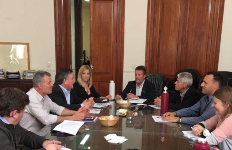 Integrantes de la comisión de seguimiento del programa Equipar Santa Fe, durante el encuentro llevado a cabo en Casa de Gobierno.